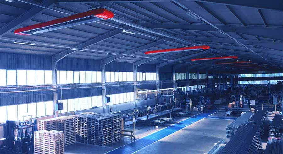 Weitwinkelaufnahme einer Industriehalle von oben, mit Blick auf die Infrarot Dunkelstrahler.