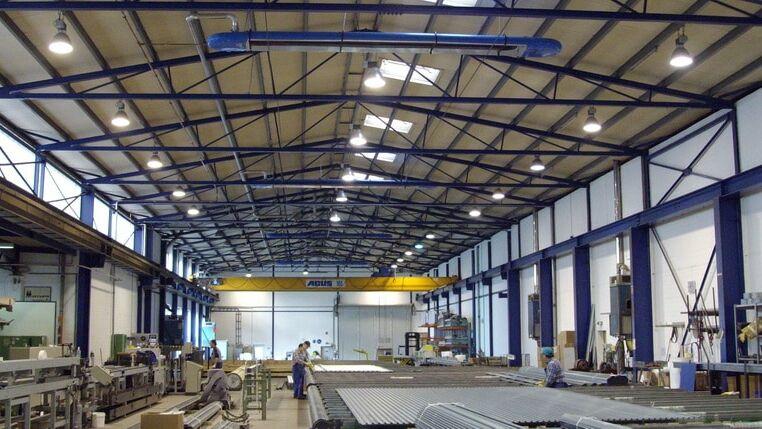 Weitwinkelaufnahme einer Industriehalle von innen