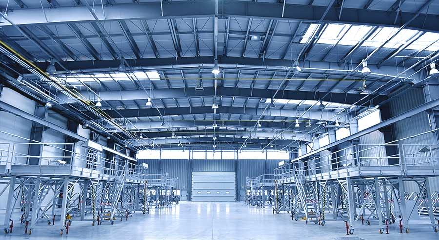 Große Produktionshalle im Weitwinkel mit Heizsystemen zur Beheizung von Hallen.