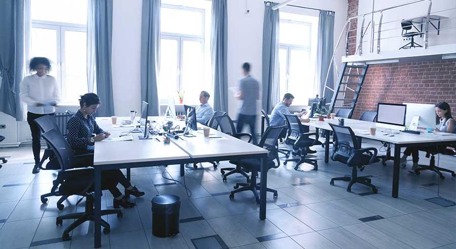 Großraumbüro mit Mitarbeiter