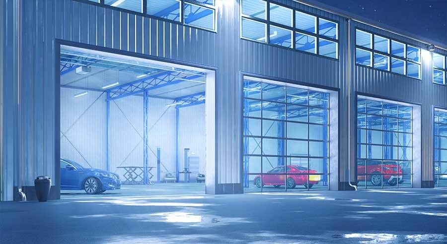 Hangar mit Rolltoren bei Nacht von außen.