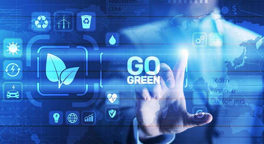 Korpus eines Businessman, dessen Finger auf einen Hervorgehobenen GO Grenn Button zeigt, welcher symbolisch für Energieträger der Zukunft steht.