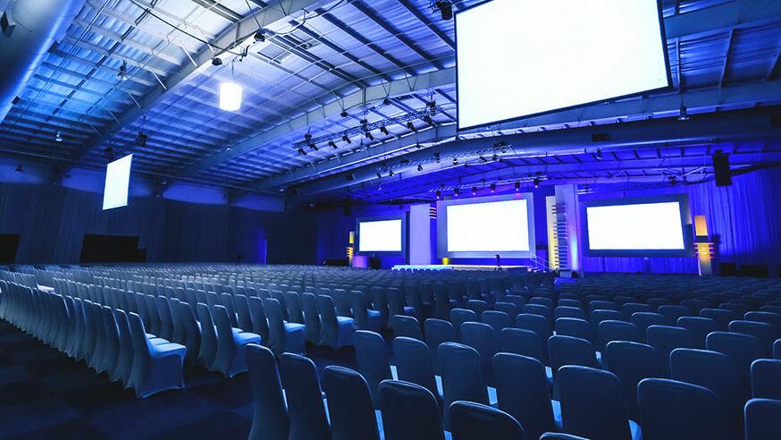 Große Eventhalle, die durch die richtigen Hallenheizer, viel Energie sparen könnte.