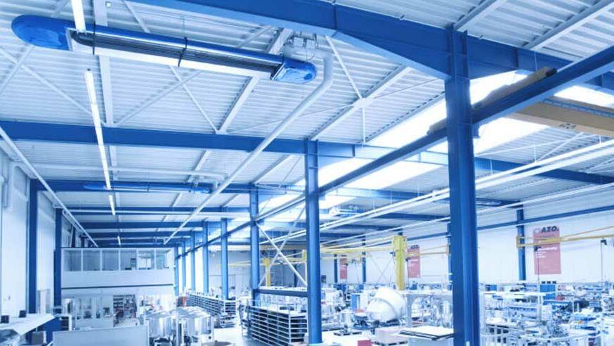 Industriehalle, die durch eine Strahlungsheizung erwärmt wird.